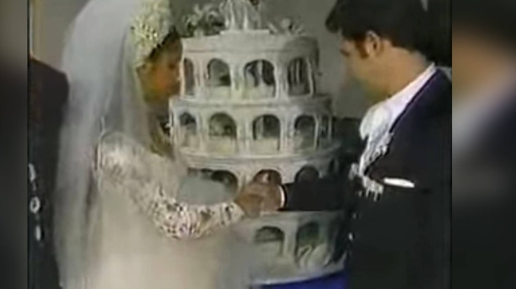 El pastel de varios pisos era una tradición en las bodas mexicanas (Foto: Captura de pantalla)