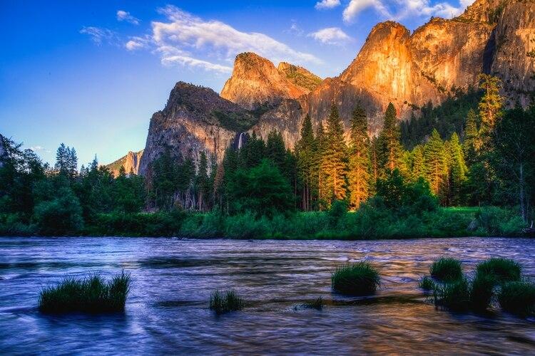 Conocido por sus impresionantes acantilados, atardeceres irreales y cascadas burbujeantes, Yosemite es uno de los parques nacionales más conocidos y populares en los Estados Unidos
