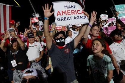 Los partidarios reaccionan cuando el presidente de los Estados Unidos, Donald Trump, realiza un mitin de campaña, el primero desde que recibió tratamiento para la enfermedad del coronavirus (COVID-19), en el Aeropuerto Internacional Orlando Sanford en Sanford, Florida.  REUTERS / Jonathan Ernst