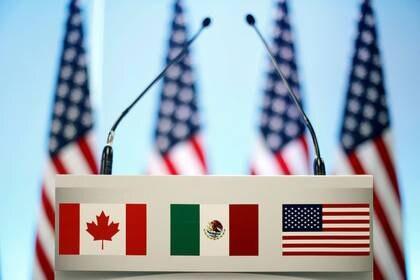 Foto de archivo de las banderas de México, EEUU y Canadá en un atril durante las conversaciones sobre el TLCAN en Ciudad de México.  Mar 5, 2018. REUTERS/Edgard Garrido