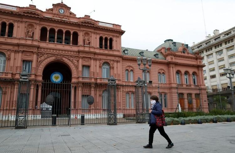 Una mujer camina con barbijo por el frente de la Casa Rosada (Foto: Agustin Marcarian).