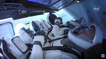 Los astronautas Bob Behnken y Doug Hurley están listos minutos antes del despegue para iniciar la misión espacial (NASA)
