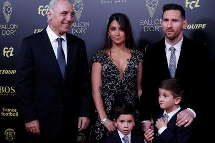 Stoichkov, junto a la familia Messi en la última entrega del Balón de Oro (REUTERS/Christian Hartmann)
