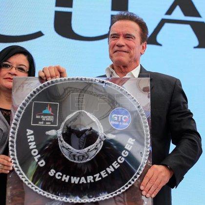 Arnold Schwarzenegger recibió un sombre de charro con su nombre bordado en el ala y unas botas confeccionadas en León, Guanajuato  (Foto: Luis Ramírez/EFE)