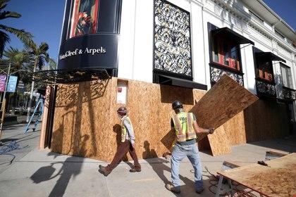 Nueve de cada 10 californianos espera violencia en las calles de las principales ciudades del estado; muchos comercios instalaron paneles de madera para proteger las vidrieras. (REUTERS/Lucy Nicholson)