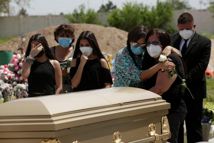 Familiares de Sergio Bretado, 51, trabajador del IMSS, que murió de coronavirus en Ciudad Juárez, México (Foto: Reuters/Jose Luis Gonzalez)