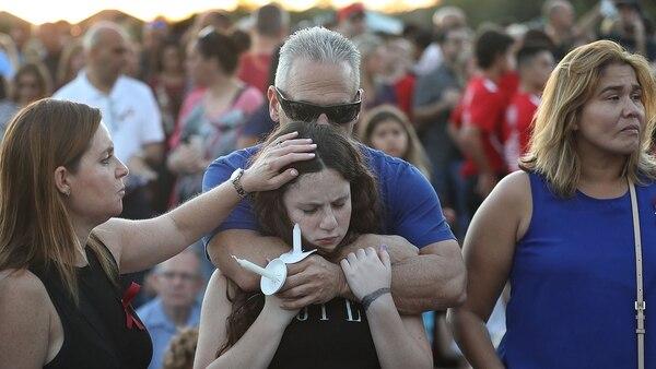 Miles de personas sostienen velas durante una vigilia con velas para las víctimas de la balacera Marjory Stoneman Douglas High School en Parkland, Florida. (AFP)