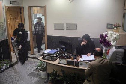 Fumigación contra el Covid19 en una oficina gubernamental de Teherán mientras continúa la atención al público. WANA (West Asia News Agency)/Ali Khara via REUTERS