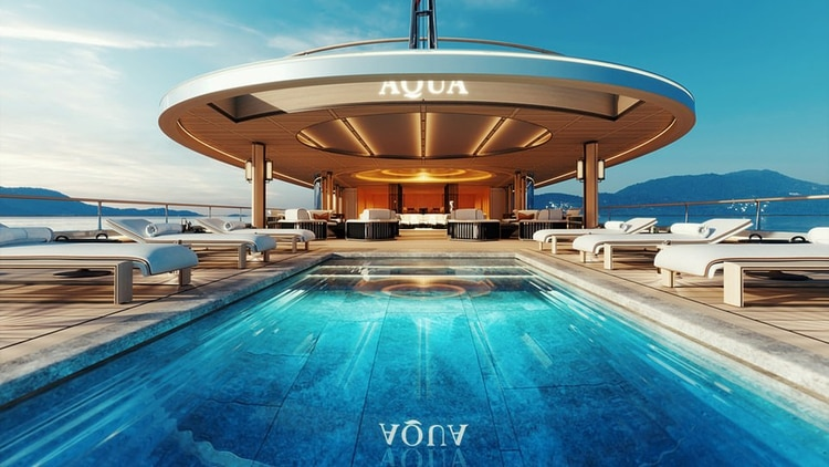 La cubierta trasera tiene una piscina infinita que cae en cascada hacia el océano, mientras que las ventanas de vidrio del piso al techo conducen a un espacio de entretenimiento en la planta baja con un comedor para 14 personas y un home cinema.