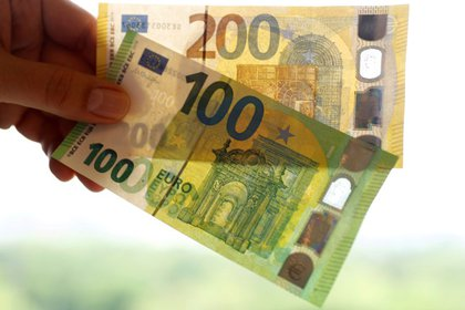 FILE PHOTO: The new 100 and 200 euro banknotes are presented at the headquarters of Germany's Federal reserve Bundesbank in Frankfurt, Germany, May 21, 2019. REUTERS/Kai Pfaffenbach/File Photo