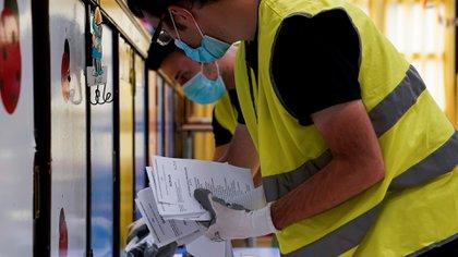 Las elecciones estarán atravesadas por la pandemia del coronavirus. Los enfermos y quienes están a la espera del resultados de sus análisis tienen prohibido acceder a los lugares de votación (REUTERS/Vincent West)