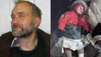 Anatoly Moskvin y una de las niñas que momificó y transformó en su muñeca (AP)