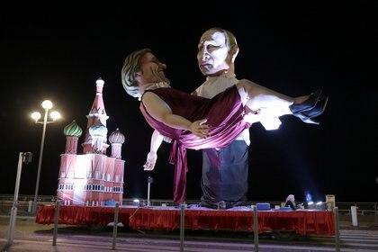 Su amor por Putin fue motivo de burla en el carnaval de Niza   REUTERS/Eric Gaillard