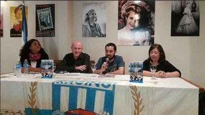 El autor del libro habla durante una de las presentaciones de su obra