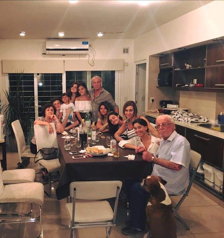 Javi, junto a la familia Mendizábal
