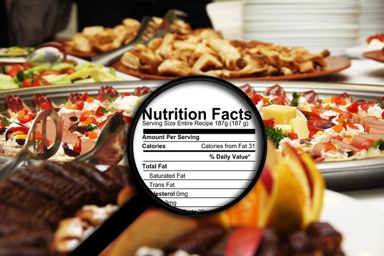 Es importante leer las etiquetas nutricionales en los alimentos y exigir que la tengan aquellos que no las exhiben (shutterstock)