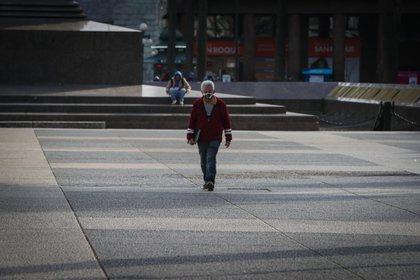 Un hombre con tapabocas camina el 31 de julio en la Plaza Independencia de Montevideo (Uruguay). EFE/Federico Anfitti