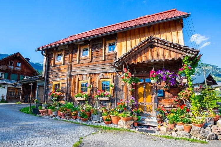 El alcalde del pueblo pidió por favor que los turistas no vayan a Hallstatt, y hasta decidió cerrar varios caminos en un intento desesperado para imposibilitar el ingreso (Shutterstock)