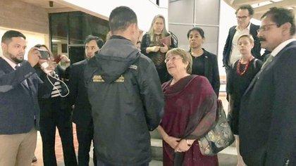 Bachelet conversó con el ex preso político Gilber Caro durante su visita a Caracas (@gilbercaro)