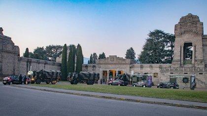 El ejército italiano retira cadáveres del cementerio de Bérgamo, colapsado por la cantidad de muertos (Sergio Agazzi/Shutterstock)