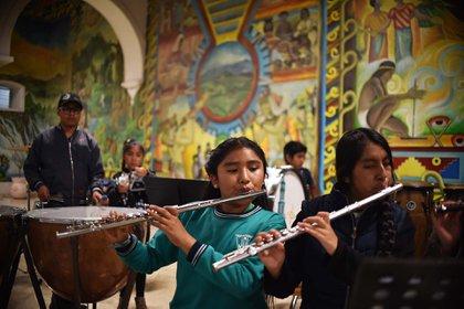 La revalidación de los planes de estudios del Centro de Capacitación Musical y Desarrollo de la Cultura Mixe es uno de los logros que resaltó Regino Montes. (Foto: RODRIGO ARANGUA / AFP)