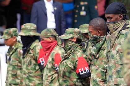 Foto de archivo ilustrativa de miembros desmovilizados del grupo gerrillero colombiano ELN en una base militar en Cali entregando sus armas (REUTERS/Jaime Saldarriaga)