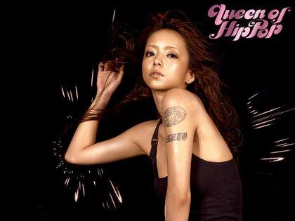 En Japón, la estrella pop Namie Amuro no muestra sus tatuajes. Sus imágenes para otros países, en cambio, los revelan.