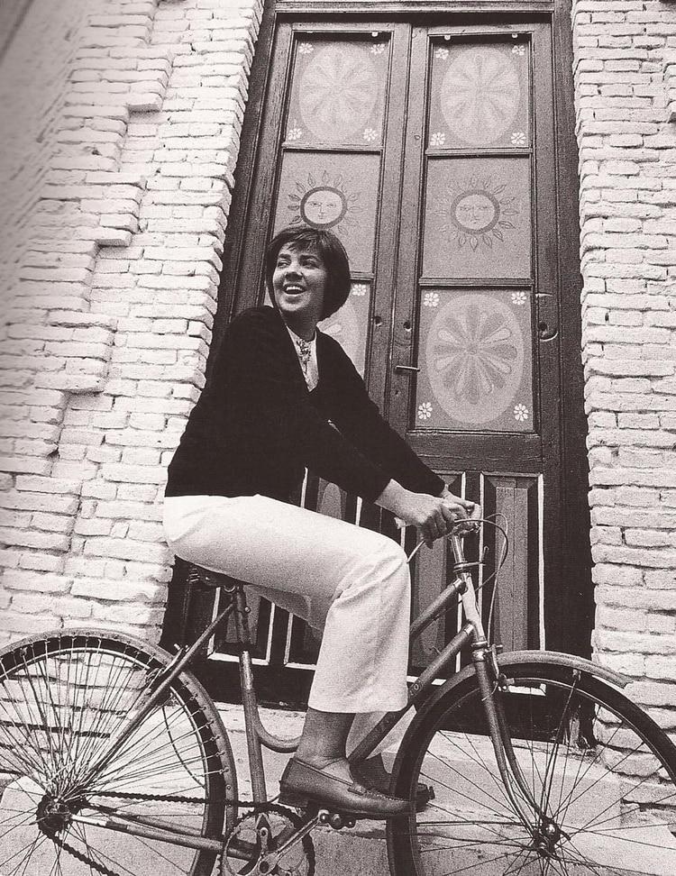 """María Elena Walsh en Pasteur, año 1971, durante la filmación de """"Juguemos en el mundo"""" (Foto: Sara Facio)"""