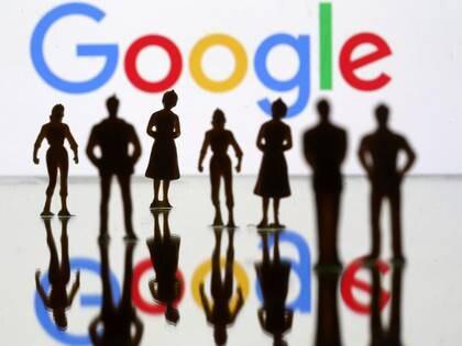 FOTO DE ARCHIVO. Imagen de ilustración de figuras humanas frente al logo de Google. 8 de abril de 2019. REUTERS/Dado Ruvic.
