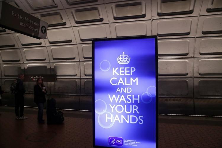 Pocos pasajeros del metro se paran en la plataforma, normalmente llenos de pasajeros en las horas pico, en la estación de metro Union Station en Washington (Reuters)
