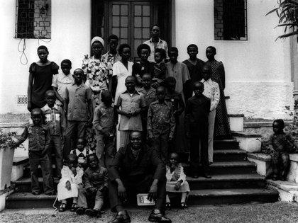 Idi Amin posa con 27 de sus hijos