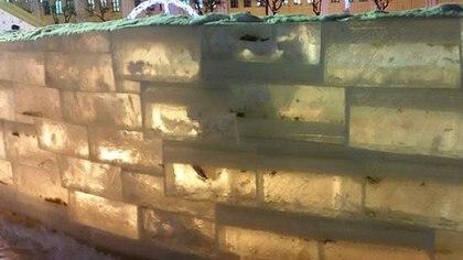 En 2014 la ciudad de Kirov compró hielo a Tiumén y se encontró con la misma situación, pero eligió usar los peces congelados dentro de los ladrillos de un laberinto helado. (Meduza)