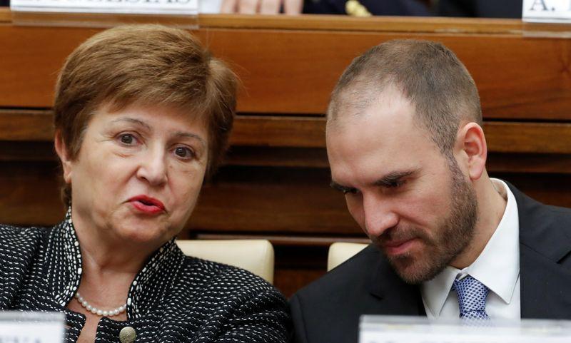 La directora gerente del FMI, Kristalina Georgieva, dialoga con el ministro de Economía, Martín Guzmán (REUTERS/Remo Casilli)
