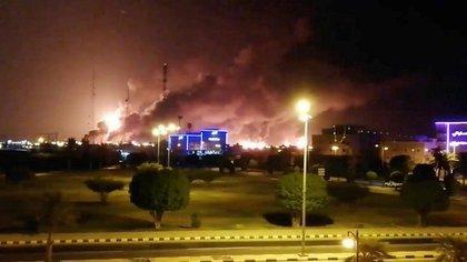 Captura de un video que muestra el incendio luego del ataque de un dron. (Twitter)