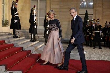 El presidente ejecutivo de LVMH, Bernard Arnault, y su esposa, Helene Mercier-Arnault, llegan a una cena de estado para el presidente chino en el Palacio del Elíseo el mes pasado (Ludovic Marin / AFP / Getty Images)