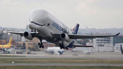 El Beluga, un modelo de carga realizado a partir del A300-600 y utilizado para llevar partes de aviones Airbus para el ensamblaje (Reuters)