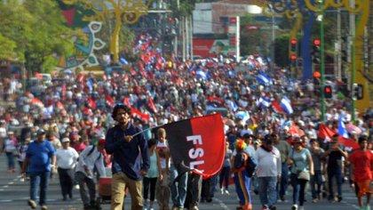 """Según los especialistas, Nicaragua está comenzando a pagar las consecuencias de la imprudencia y falta de prevención de semanas atrás. En la grafica la marcha """"Amor en tiempos de COVID-19"""" que organizó el gobierno el 14 de marzo pasado.  (Cortesía La Prensa)"""