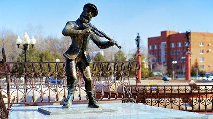 Estatua del violinista en el tejado en la plaza del teatro. La estatua de Tevye el Lechero, el personaje de los cuentos de Sholem Aleijem, fue erigida en 2004 (Shutterstock)