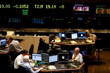 Operadores en la Bolsa de Comercio de Buenos Aires. Argentina. Foto de archovo 26 feb 2020. REUTERS/Agustin Marcarian