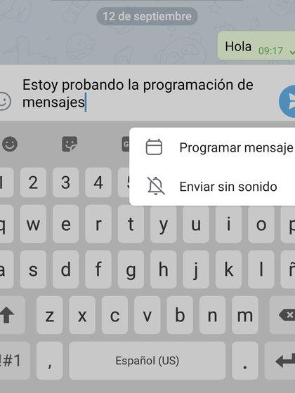 Hay que mantener presionado el ícono de enviar y aparecerá la opción de programar mensajes.