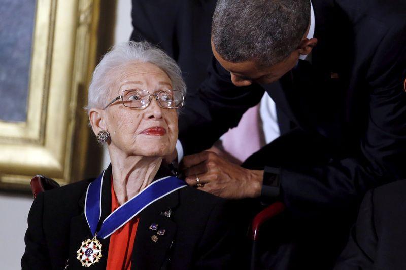 El presidente Barack Obama entrega la medalla de la libertad a la matemática de la NASA Katherine G. Johnson durante un evento en la Casa Blanca, Washington, 24 de noviembre 2015.  (REUTERS/Carlos Barria)