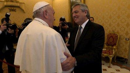 Alberto Fernández y Francisco durante la audiencia en la Biblioteca Vaticana