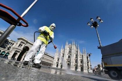 Desinfección en la plaza del Duomo de Milán (REUTERS/Flavio Lo Scalzo)