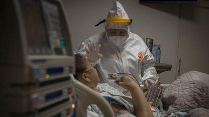 TIJUANA, BAJA CALIFORNIA, 17ABRIL2020.- Al ser los primeros respondientes en llamadas de emergencia por cuestiones de salud, el personal médico de la Cruz Roja se encuentra en la primera línea de batalla durante la actual pandemia del Covid-19, virus con el que se han contagiado 3 mil 160 personas y el cual ha matado a 941 personas en la ciudad fronteriza. Fue a principios de marzo cuando la institución comenzó a recibir llamadas de auxilio por personas con síntomas de coronavirus, con el paso de las semanas han llegado a atender a un promedio de 40 pacientes diarios, quienes presentaban fiebre, falta de aire, tos seca y dolores musculares. Las llamadas de emergencia se registran a todas horas del día, el personal encargado de recibirlas comunica el reporte con prontitud a los paramédicos, haciéndoles hincapié en las medidas de protección que deben tomar para evitar que contraigan el virus. Para ello, la institución asignó ambulancias y personal especializado para atender exclusivamente casos de personas sospechosas de Covid-19, una vez que llegan al domicilio, los paramédicos de Cruz Roja evalúan al paciente para saber qué tipo de atención requiere; se le toma la temperatura y se revisan los niveles de oxígeno en la sangre, en caso de ser necesario el traslado se realiza un protocolo de seguridad para llevar al paciente a uno de los hospitales Covid que fueron habilitados en Tijuana.  A mediados de abril los hospitales de la ciudad fronteriza estuvieron prácticamente rebasados por la alta demanda de atención de pacientes con síntomas, lo que causó que los socorristas tuvieran que realizar recorridos por los diversos nosocomios para lograr encontrar algún hospital donde los pacientes pudieran recibir atención en las áreas de urgencias, muchos de ellos no lograron resistir más y murieron a bordo de las ambulancias esperando atención.  Durante la pandemia derivada del Covid-19 han resultado infectados una gran cantidad de médicos, personal d