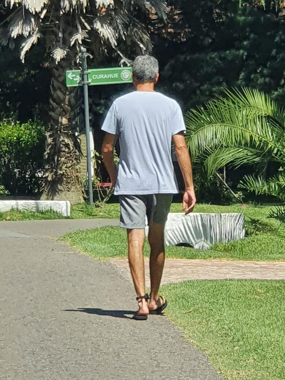 Roberto Baratta camina con la tobillera electrónica