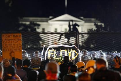 Cientos de personas se apostaron en las afueras de la Casa Blanca. REUTERS/Jim Bourg
