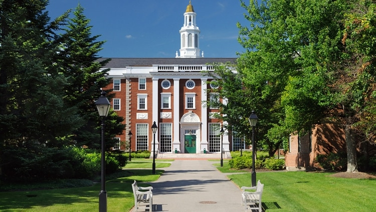 Fachada de la Universidad Harvard en Cambridge, Estados Unidos, una de las más clásicas instituciones educativas en el país
