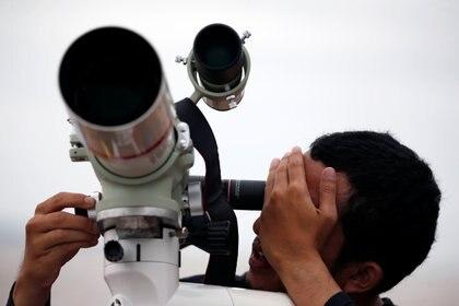 Si bien Marte se distingue fácilmente por su color rojizo y es visible a simple vista durante la oposición, todavía se requiere un telescopio de alta calidad para ver sus famosas características de la superficie con mayor detalle (REUTERS)