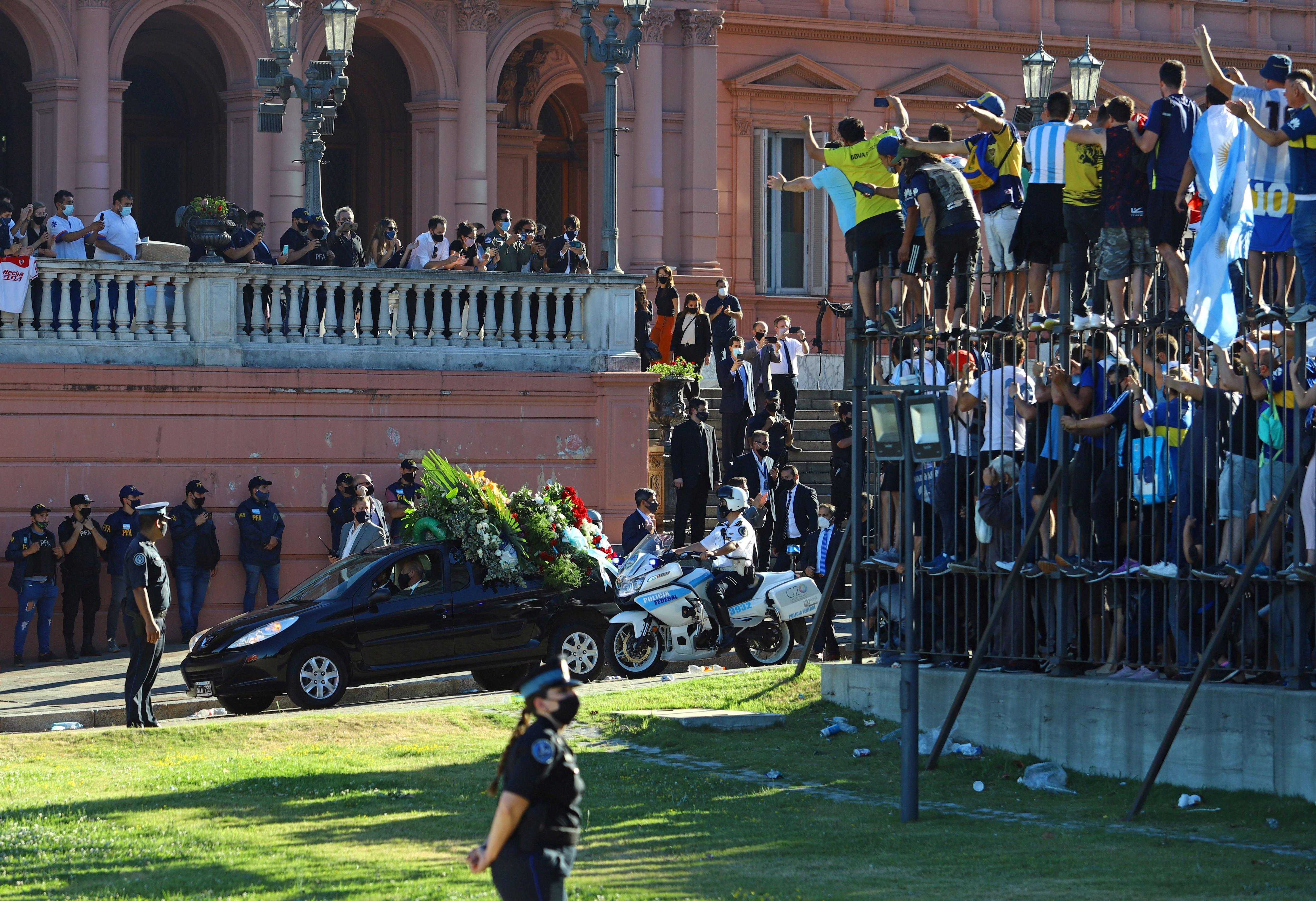 El momento en que el féretro fue retirado de la Casa Rosada (REUTERS/Matias Baglietto)