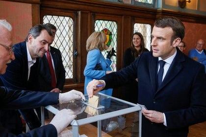 La votación de Emmanuel Macron, criticado por no suspender los comicios (Reuters)